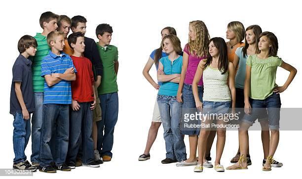Zwei Gruppen von Teenagern