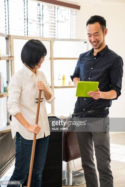 2 つの美容院ヘアサロンでデジタル タブレットを見て