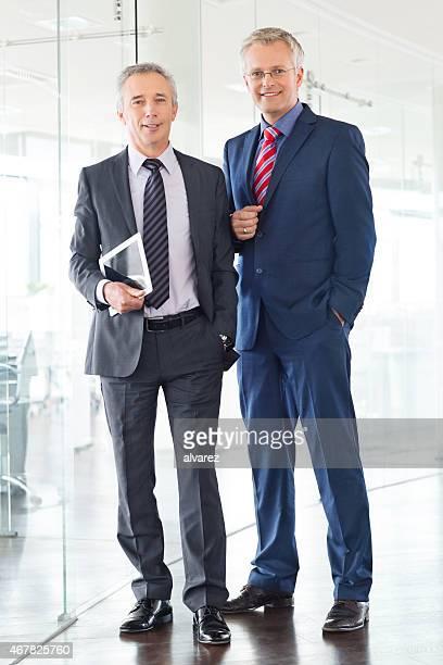 Zwei glückliche Geschäftsleute stehen im Büro