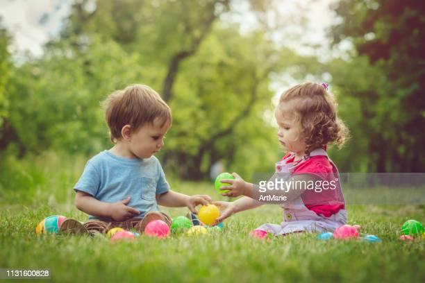 dos niños felices jugando en el parque de verano - compartir fotografías e imágenes de stock