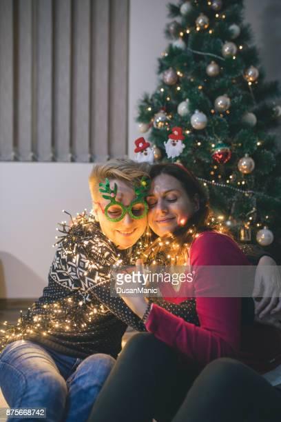 Twee gelukkige meisjes in de buurt van de kerstboom