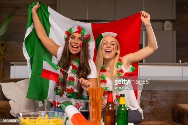 zwei glückliche italienischen Fußball Fan Frauen