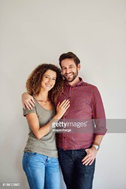 twee gelukkige mensen maken een gelukkig huwelijk - heteroseksueel koppel stockfoto's en -beelden