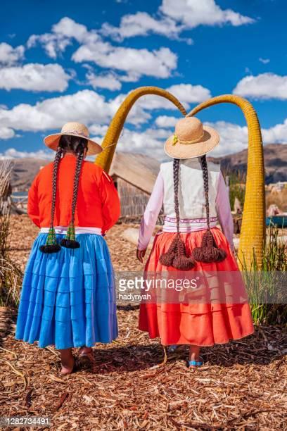 ウロス浮遊島、ティティスカ湖の2人の幸せなペルーの女性 - ペルー ストックフォトと画像
