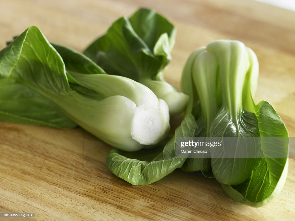 Two heads of Bok Choi on cutting board, close-up : Foto stock