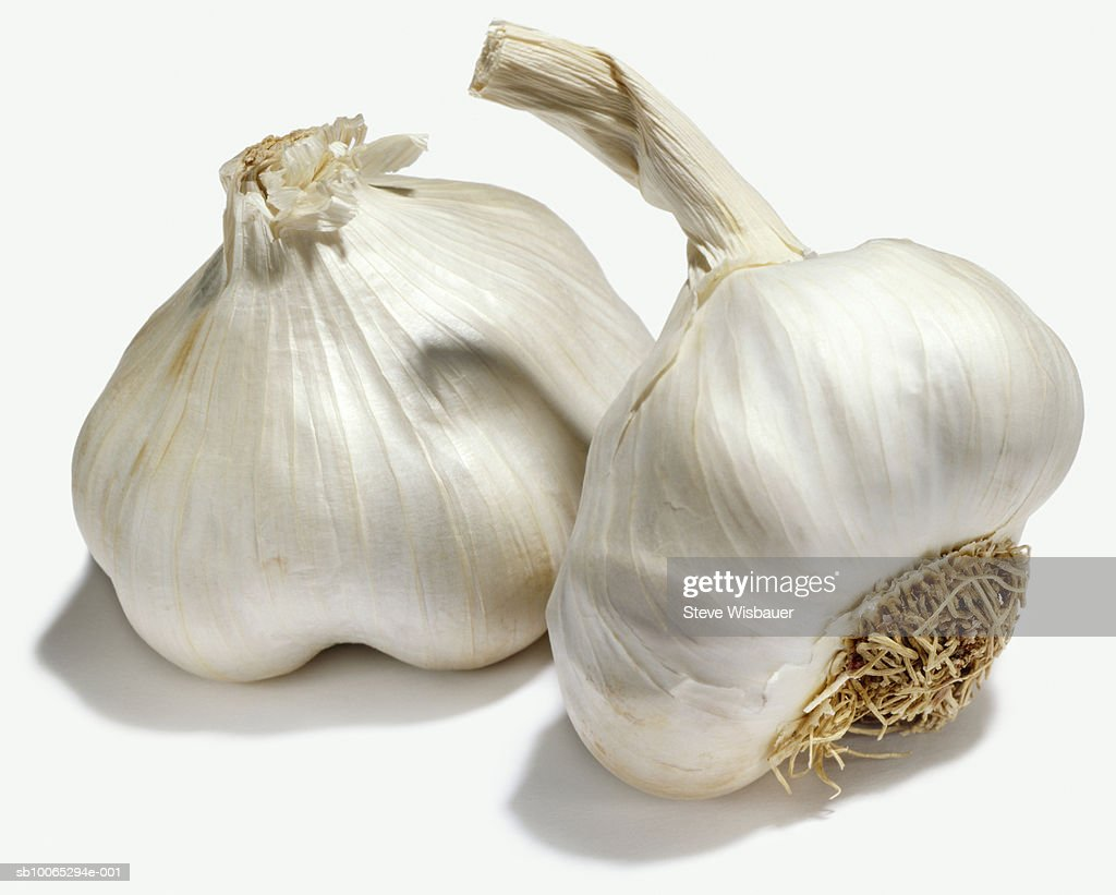 Two heads of garlic, studio shot, close-up : Foto stock