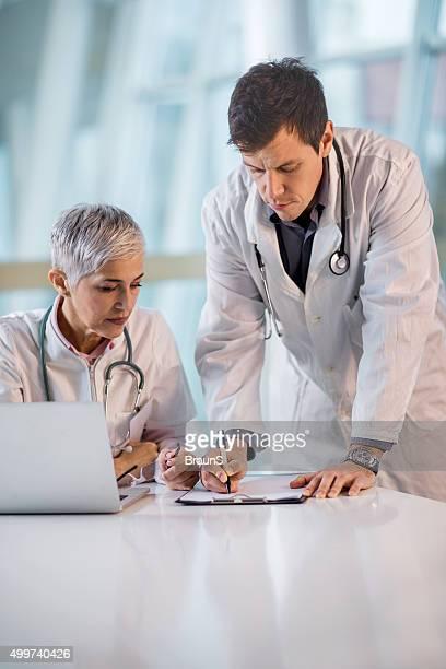 2 つのヘルスケア従業員を意味している医療文書にします。