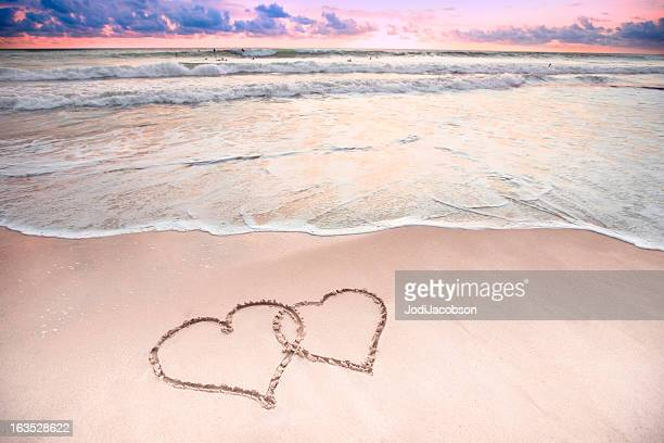 Zwei Herzen am Strand