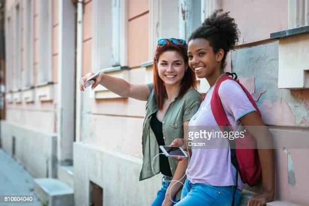 Zwei Schülerinnen und Schüler zur Schule zu gehen