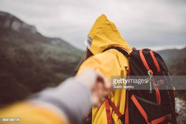 Zwei Wanderer in der Natur Hand in Hand