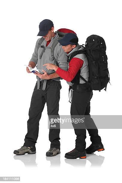 Zwei Wanderer Lesung ein Reiseführer
