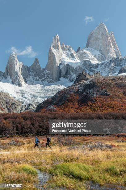 two hikers with mt fitz roy in the background, el chalten, argentina. - chalten stock pictures, royalty-free photos & images
