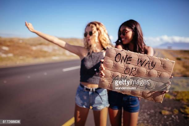 Deux filles en culotte auto-stop
