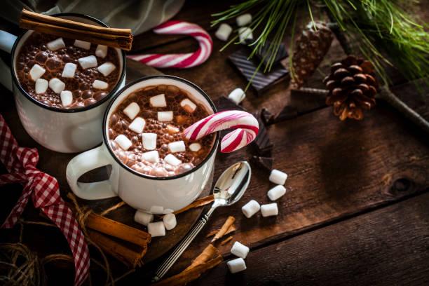 兩個自製的熱巧克力杯與棉花糖在鄉村木制聖誕餐桌 - 餐後甜品 個照片及圖片檔
