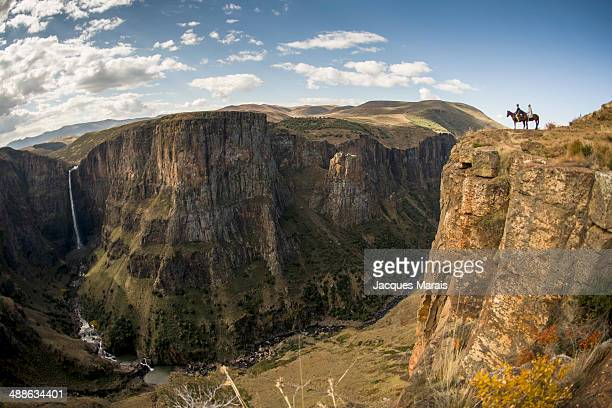 two horsemen looking maletsunyane falls, highlands, lesotho - lesoto fotografías e imágenes de stock