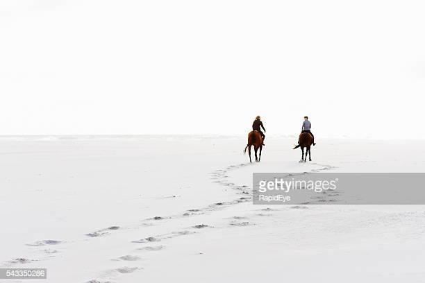 Zwei reiter hoofprints Sie im sand auf winter-Tag
