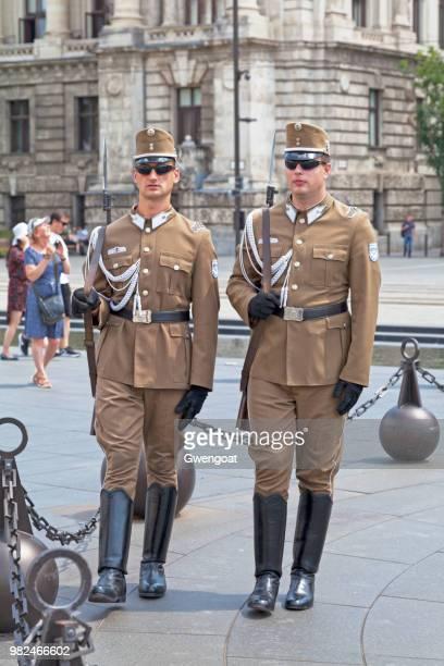 två ungerska nationella vakterna - gwengoat bildbanksfoton och bilder