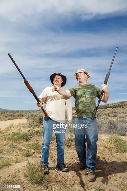 hunters mit zwei mitarbeiter leiten im freien - kopfschuss stock-fotos und bilder