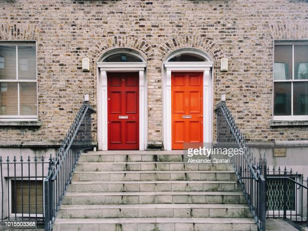 two identical red doors in dublin, ireland - deur stockfoto's en -beelden