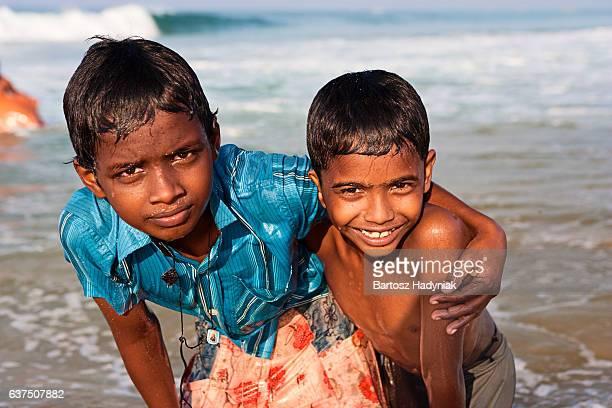 India dos niños en la playa