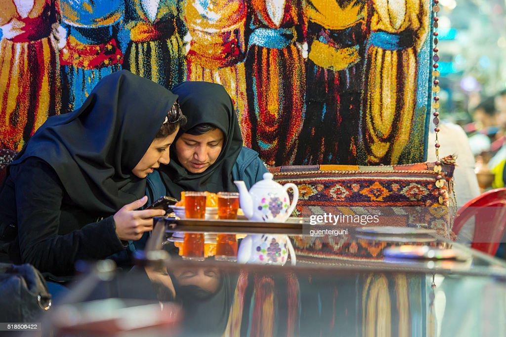 2 つのイランの女性の伝統的なティーハウス、Isfahan 、イラン : ストックフォト