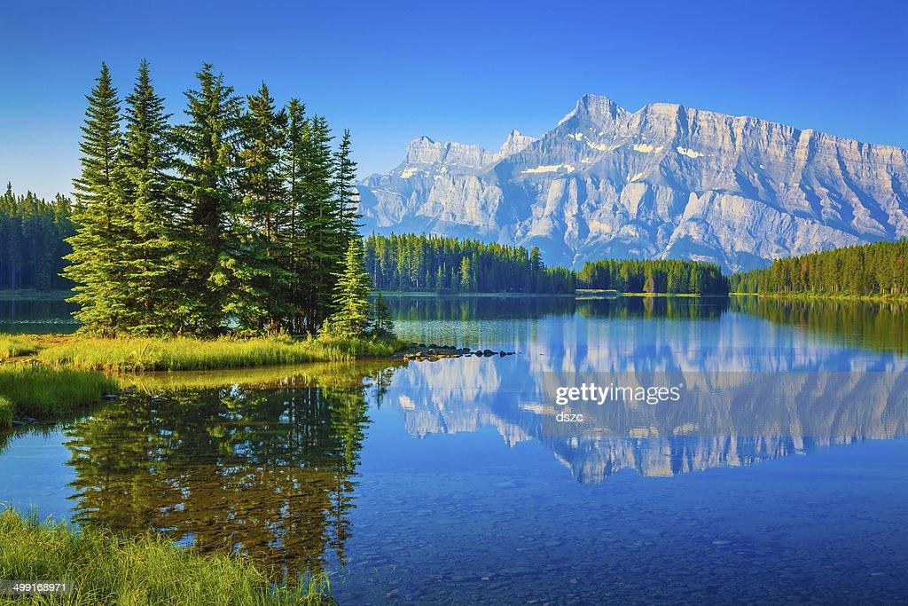 Dois Jack lago, o Monte Rundle, Banff National Park, Canadá : Foto de stock