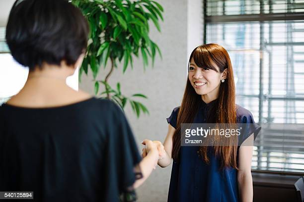 2 つの握手 ビジネスウーマン 後のミーティング