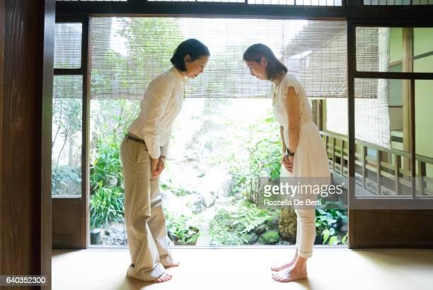 2 つの日本女性にお辞儀を尊重した伝統的なホテル