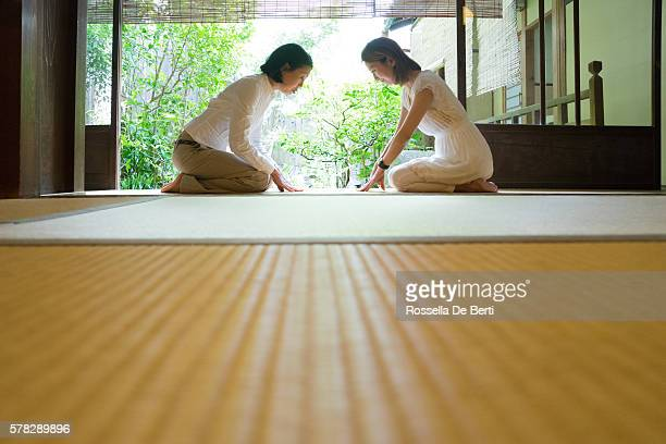 two japanese women bowing with respect - ティールーム ストックフォトと画像