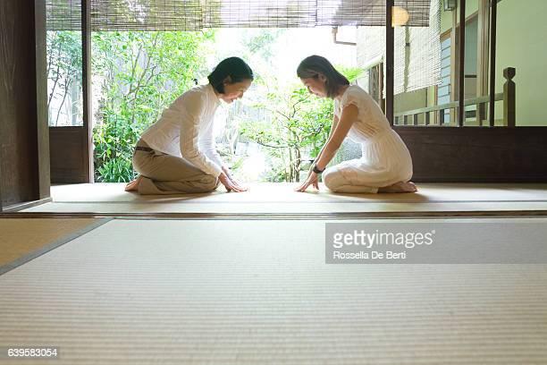 duas mulheres japonesas ceder com respeito - wabi sabi - fotografias e filmes do acervo