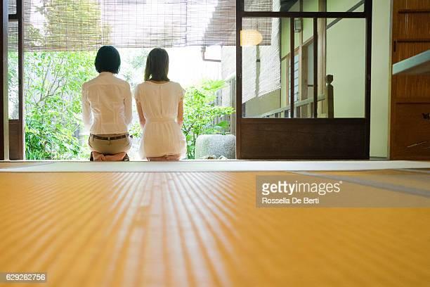 2 つの日本女性の牛肉から、庭園のベランダ