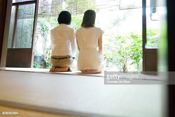 duas mulheres japonesa jardim no período que antecede o varanda - mulher orando de joelhos imagens e fotografias de stock