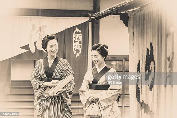 た伝統的な日本の女性 2 人ともお勧め。 - 大昔の ストックフォトと画像