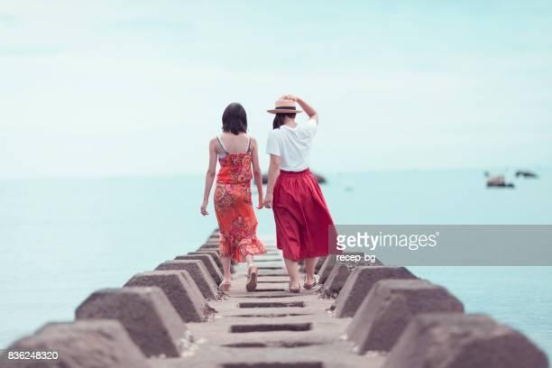 海まで歩いて 2 つの日本人女性