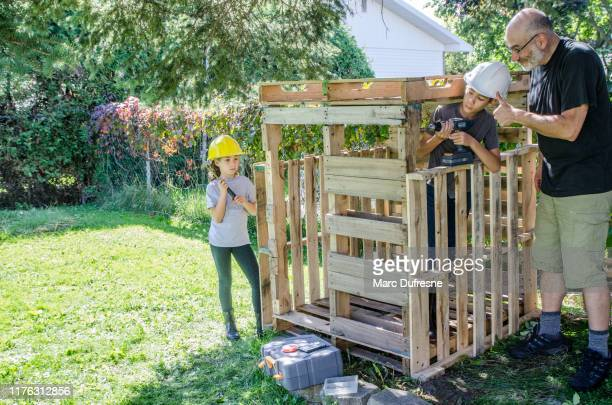 木製の小屋を建てる二人の子供 - 掘建て小屋 ストックフォトと画像