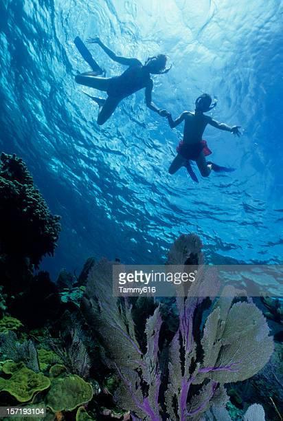 Due bambini Snorkeling