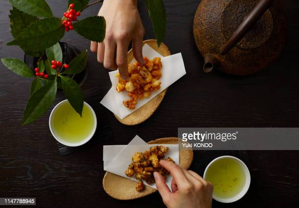 2種類の揚げせんべい - 和菓子 ストックフォトと画像
