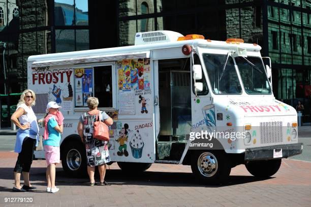 zwei damen und ein mädchen bei joeys frostigen truck kalt kaufen behandelt am copley square in der innenstadt von boston - copley square stock-fotos und bilder