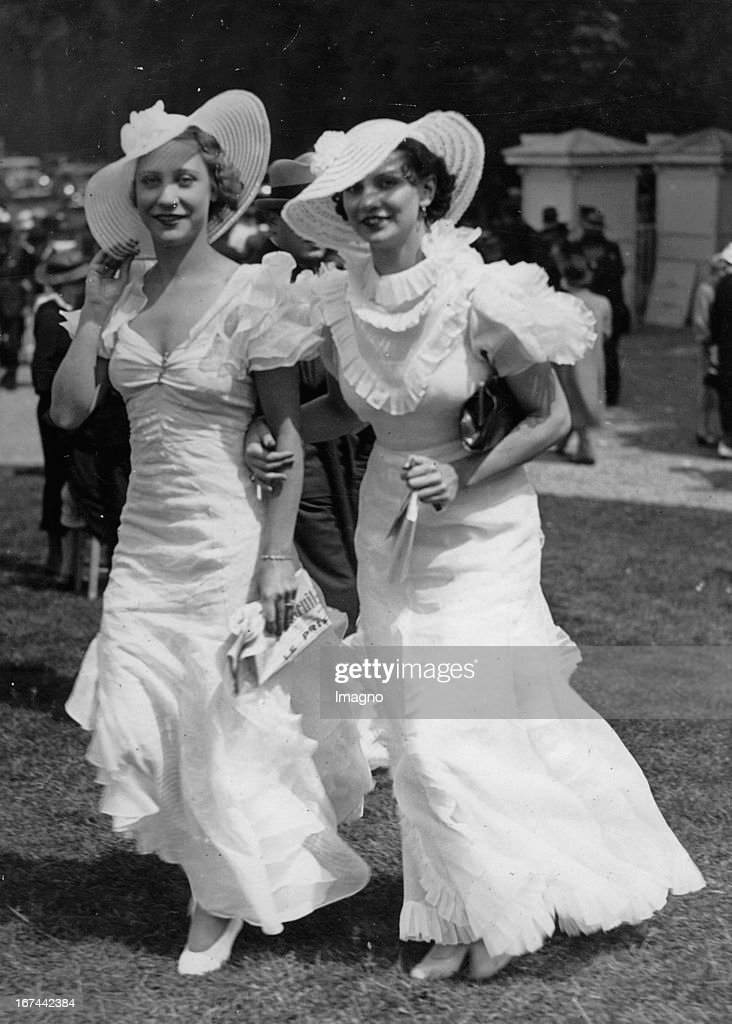 Two ladies in beautiful dresses at the races (Grand Prix de Diane) at Chantilly. 1934. Photograph. (Photo by Imagno/Getty Images) Zwei Damen in schönen Kleidern beim Pferderennen (Grand Prix de Diane) in Chantilly. 1934. Photographie.