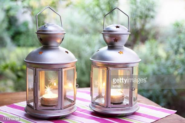 Zwei Laternen auf einem Tisch im Garten