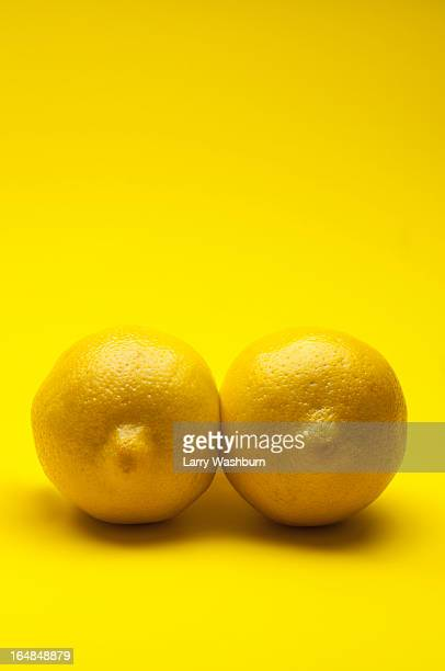 two lemons arranged to look like a pair of breasts - dois objetos - fotografias e filmes do acervo