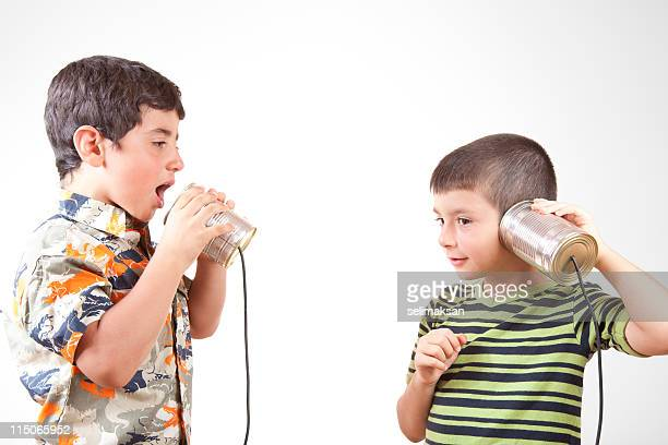 Zwei kleine Jungen Kommunikation und sprechen auf Dosentelefon