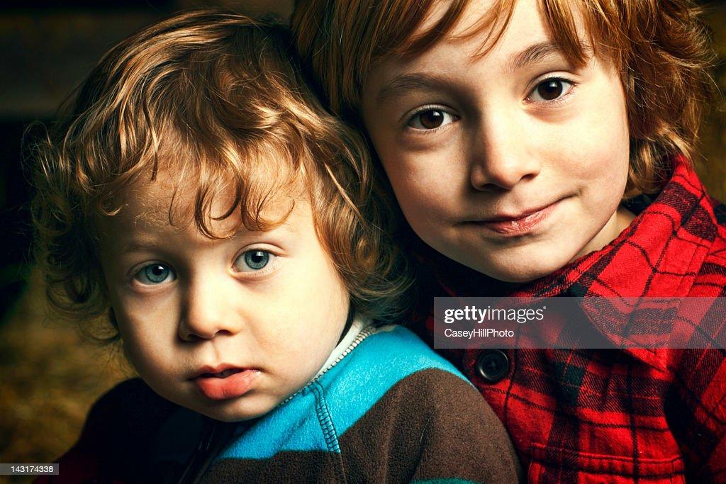 Dos niños : Foto de stock