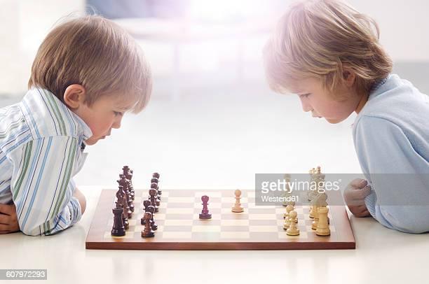 two little boys playing chess - 6 7 jahre stock-fotos und bilder