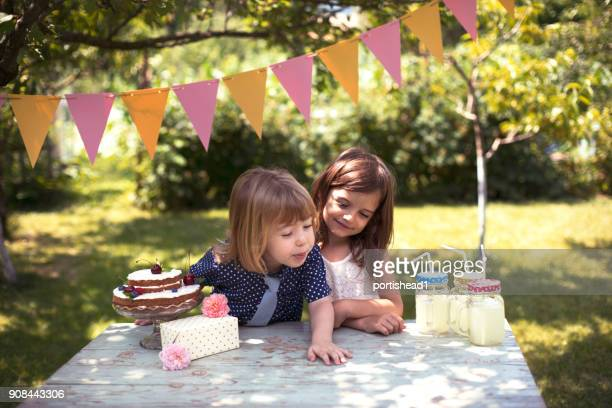 Dos niños celebrando la fiesta de cumpleaños
