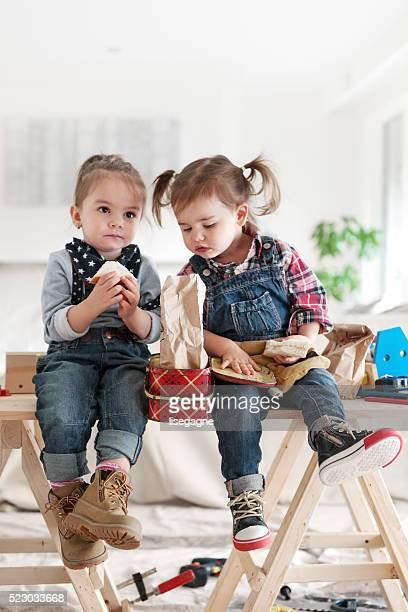 Zwei kleine Mädchen, die Mittagspause