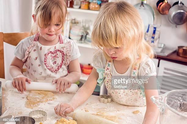 Zwei kleine Mädchen vorbereiten Keks'in der Küche