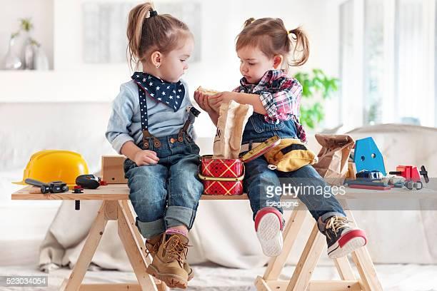 Dos niñas compartir el almuerzo