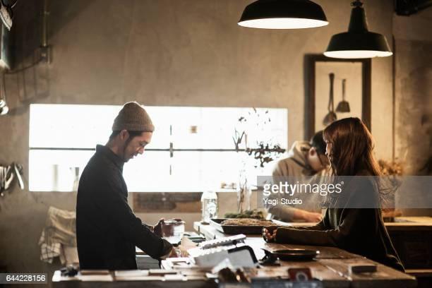 コーヒー ショップでコーヒーを準備する 2 つの男性のカフェのオーナー - カフェ ストックフォトと画像