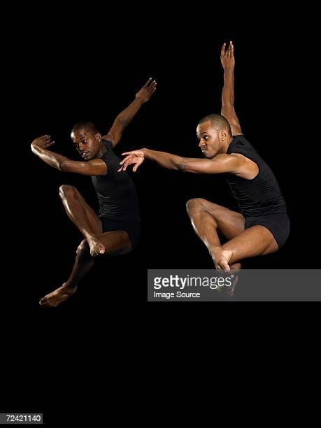 Dos bailarines de salto macho
